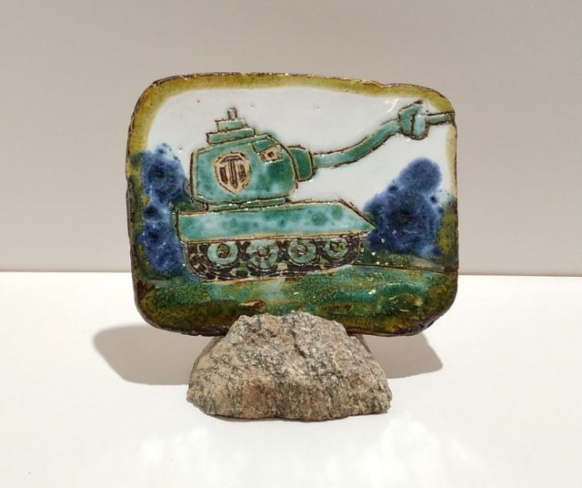 """Декоративная плакета из керамики """"Зеленый танк"""" с странным дулом"""