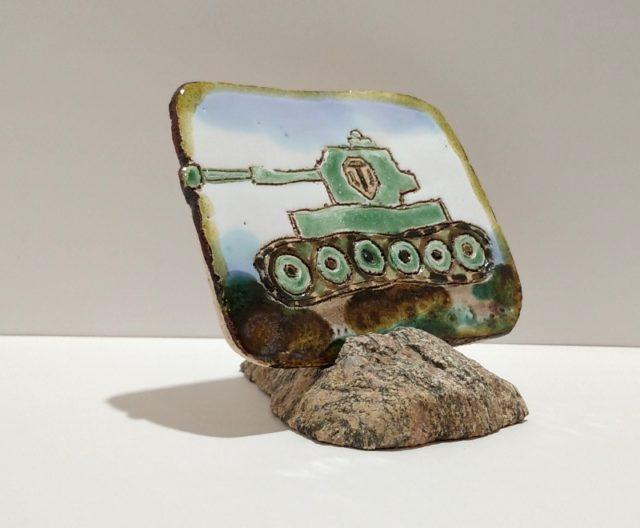 """Декоративная плакета из керамики """"Зеленый танк"""" с длинной гусеницей"""