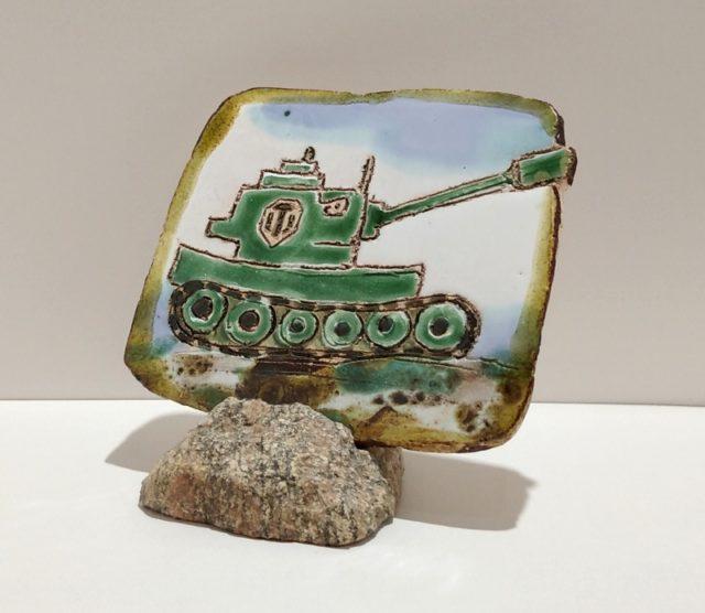 """Декоративная плакета из керамики """"Зеленый танк"""" с грустным видом"""