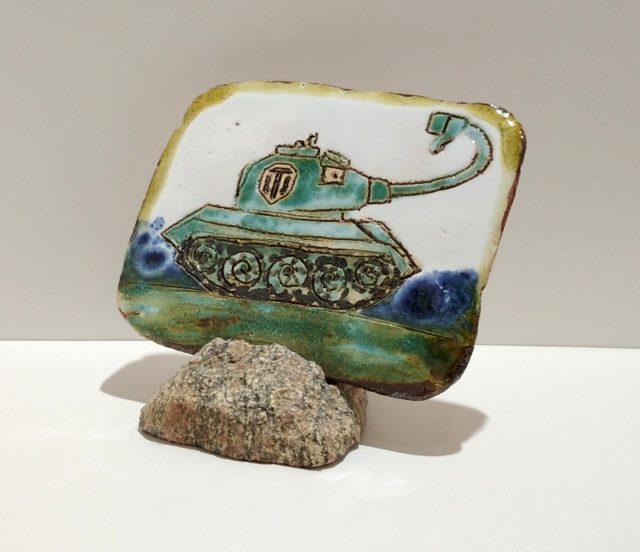 """Декоративная плакета из керамики """"Зеленый танк"""" с загнутым дулом"""